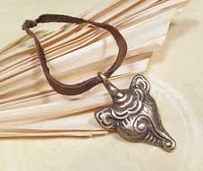 Altes Tibetisches Muschelhorn Amulett mit Yaklederband - Nepal #1