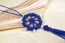 Geknüpfter Anhänger - Dharmachakra - Rad der Lehre - blau - Nepal