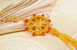 Geknüpfter Anhänger - Dharmachakra - Rad der Lehre - gelb - Nepal