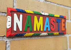 Holztafel NAMASTE - Verbeugung vor dir - handgeschnitzt - 22 x 7cm - Yoga Nepal